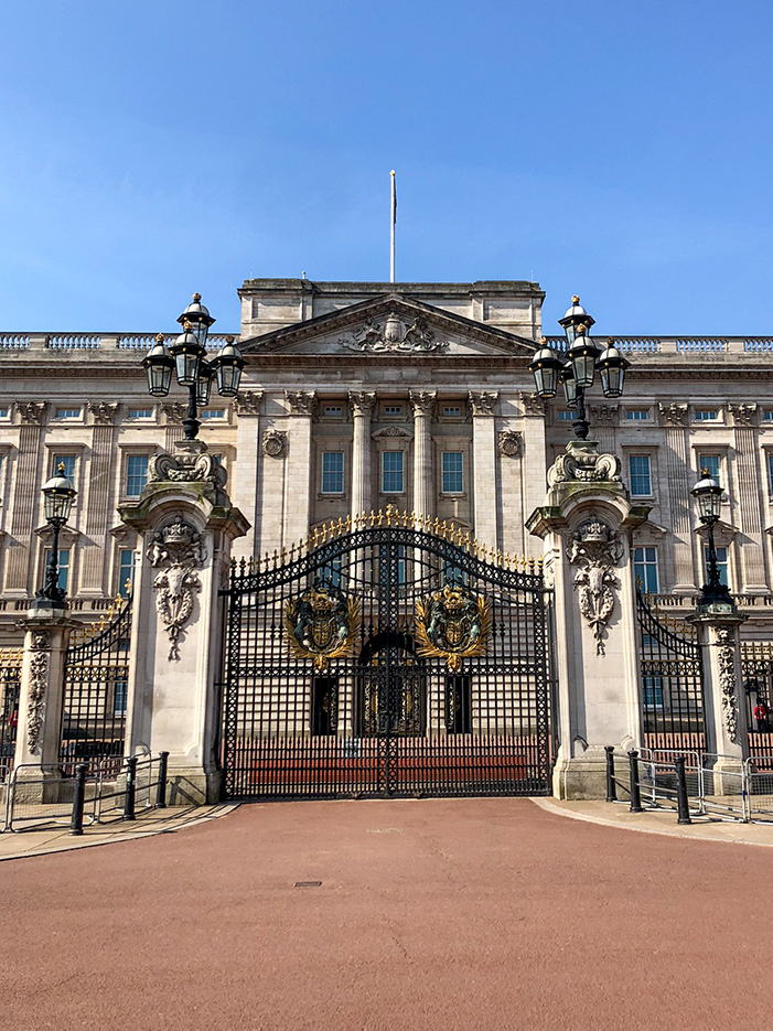The front gates of the fabulous Buckingham Palace. in the right of the photo you can see a glimpse of one of the Queen's guards.